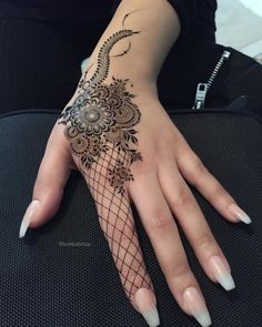 Simple Mehendi designs to kick start the ceremonial fun. If complex & elaborate henna patterns are a bit too much for you, then check out these simple Mehendi designs. Latest Arabic Mehndi Designs, Stylish Mehndi Designs, Mehndi Designs For Girls, Wedding Mehndi Designs, Mehndi Designs For Fingers, Beautiful Henna Designs, Best Mehndi Designs, Latest Mehndi, Mehandi Designs
