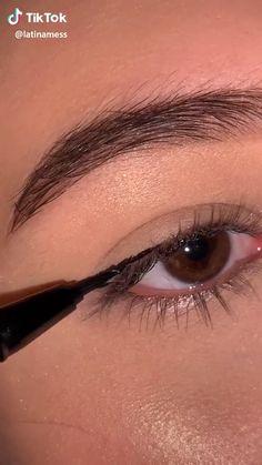 Eyeliner Hacks, Makeup Tutorial Eyeliner, Makeup Looks Tutorial, Eyebrow Makeup, Skin Makeup, Eyeshadow Makeup, Makeup Eye Looks, Eye Makeup Steps, Natural Eye Makeup