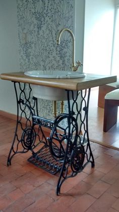 67 Ideas Vintage Furniture Diy Antiques Old Sewing Machines For 2019 Decor, House Design, Interior, Diy Furniture, Home Decor, Sewing Table, Rustic Bathrooms, Old Sewing Machines, Sewing Machine Tables