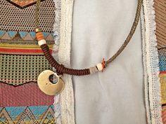 Collar colgante oro viejo, cordón trenzado, enrollado marrón y detalle naranja.  Para información o venta, contactar con:cc_carrera@yahoo.es