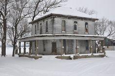 Old Abandoned Houses, Abandoned Mansions, Abandoned Buildings, Abandoned Places, Old Houses, Haunted Places, Architecture Old, Amazing Architecture, Architecture Details