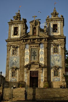 Eglise de sto Ildefonso-porto by kling philippe, via Flickr. Decorated with azulejos.