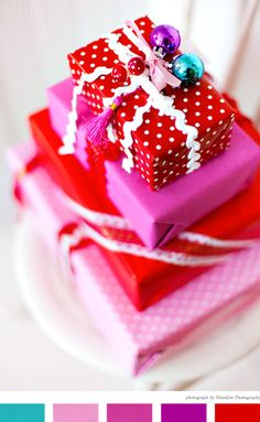 Christmas presents in red white and pink Noel Christmas, Pink Christmas, Christmas Colors, Christmas Decor, Christmas Gift Wrapping, Christmas Presents, Gift Wrapper, Pretty Packaging, Gift Packaging