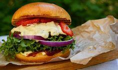 En hamburger er ikke bedre enn sitt tilbehør. Matblogger Nussara gir deg sine topp tre tilbehør til hamburgeren som gjør burgeren til en smaksbombe!