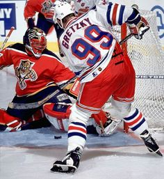 Wayne Gretzky, New York Rangers against former Ranger John Vanbiesbrouck. Ice Hockey Players, Nhl Players, Hockey Teams, Hockey Stuff, New York Rangers, Hockey Boards, Hockey Rules, Rangers Hockey, Wayne Gretzky