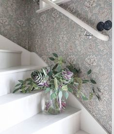 The post appeared first on Sovrum Diy. Hall Wallpaper, Wallpaper Online, Photo Wallpaper, Red Cottage, Cozy Cottage, Morris Tapet, Entrance Hall Decor, Painted Staircases, William Morris