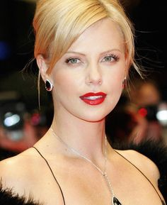 Charlize Theron Looks Totally Different with Baby Bangs - Celebrities Female Charlize Theron Oscars, Charlize Theron Photos, Jackson Theron, Celebrity Faces, Celebrity Photos, Celebrity Beauty, Atomic Blonde, Actrices Hollywood, Celebs