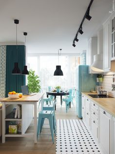 Cocina con isla central en blanco y azul