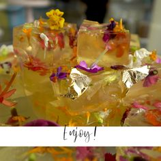 DIY Cava Jellies Fun cocktail idea for bridal shower, bachelorette party or wedding – cava jelly with edible flowers – Jelly Fun, Desserts Japonais, Comidas Light, Summer Bridal Showers, Bridal Shower Party, Flower Food, Bridal Shower Decorations, Cute Food, Vegetarian Recipes