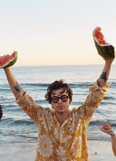 Harry Styles - Watermelon Sugar [ from Fine Line Album ] Harry Styles Fotos, Harry Styles Mode, Harry Styles Pictures, Harry Edward Styles, Harry Styles Poster, Henry Styles, Harry Styles Icons, Beach Aesthetic, Aesthetic Vintage