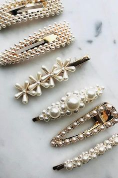 The pins with pearls are the new favorite trend of the brides Fi Hair Accessories For Women, Jewelry Accessories, Fashion Accessories, Cute Jewelry, Hair Jewelry, Accesorios Casual, Hair Beads, Hair Barrettes, Scrunchies