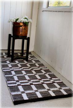 Matta i dubbelbindning, färdig-vävd men ändå lite pyssel kvar! Jag har vävt med samma grå trasor som mattan i förra in...