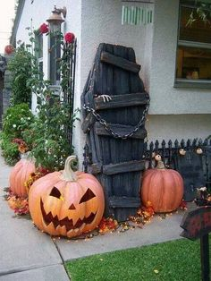 Is it time to start getting ready for some Halloween ideas yet? Has anyone started planning their decorations and parties ~ it can sneak up on us before we know it Halloween decoration ~ coffin made from pallets.... http://media-cache-ak0.pinimg.com/originals/1a/9b/7d/1a9b7d00038655295de0c3eda3572c3a.jpg