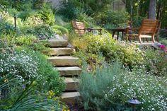 effet sauvage pour ce jardin en terrasses