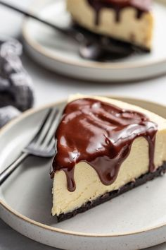 Baileys Cheesecake has a delicious chocolate cookie crust topped with Irish cream-spiked cheesecake filling and ganache layers. Great Desserts, Delicious Desserts, Dessert Recipes, Yummy Food, Creative Desserts, Pudding Recipes, Best Homemade Cheesecake Recipe, Cheesecake Recipes, Cheesecake Bars