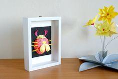 Cadre décoratif : insecte coloré en papier  par LaTeteDansLesIdees