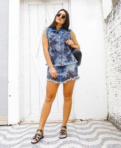 Colete e Saia Jeans com  bordados, como não se apaixonar?!  O conjunto eleito pela blogger @amandacoutinhor traz ricos bordados florais e é uma escolha perfeita para os dias mais quentes. Nos pés, confortável Rasteira Flatform Carmen Steffens em P&B super fashion.