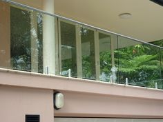 Znalezione obrazy dla zapytania glass balcony balustrade Pictures found for the query glass balcony House Front Design, Cool House Designs, Door Design, Design Design, Glass Balcony, Balcony Doors, Decking Fence, Pool Fence, Glass Balustrade