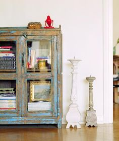 Muebles decapados y envejecidos { Scraped and aged furniture } Distressed Furniture, Vintage Furniture, Painted Furniture, Home Furniture, Modern Country, Country Decor, Rustic Decor, Glass Cabinet Doors, Glass Door