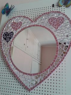 espejo corazon mosaiquismo y trencadis Mirror Mosaic, Mosaic Glass, Mosaic Art Projects, Art Supplies, Decoupage, Projects To Try, Frame, Wall, Crafts