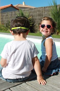 @kietlafrance nos trae 4 modelos de divertidas gafas en 10 colores pensados para la proteger a los más pequeños de los rayos solares sin que les moleste llevarlas :)  Disfruta del verano
