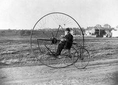 Mens en fietswiel