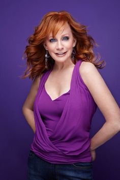 banking singer Reba McEntire Photos of Country Female Singers, Country Music Artists, Country Music Stars, Country Musicians, Beautiful Redhead, Beautiful Celebrities, Gorgeous Women, Stunningly Beautiful, Beautiful Roses