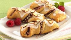 Raspberry Crescent Twists--(I'd replace the raspberry filling with Cherry) Crescent Roll Recipes, Crescent Rolls, Crescent Dough, Crescent Ring, Brunch Recipes, Dessert Recipes, Brunch Ideas, Sweet Desserts, Cupcake Recipes