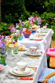 Vintage Tea-time in the Garden . Dresser La Table, Vintage Tea Parties, Tee Set, Afternoon Tea Parties, Festa Party, Mad Hatter Tea, Deco Table, Decoration Table, Tablescapes