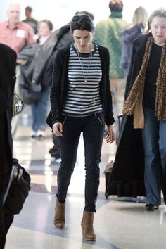Rachel Weisz Photos - Actress Rachel Weisz briskly walks through LAX, wearing a striped t-shirt and suede brown boots. The 40 year old actress arrived from her flight solo - without her beau, action star Daniel Craig. - Rachel Weisz at LAX 2 Westminster, Hollywood Actress Photos, Hollywood Heroines, Daniel Craig, Rachel Weisz Young, Rachel Weiss, Teresa Palmer, Casual Jeans, Angelina Jolie
