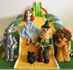 Wizard of Oz Cake. Love the characters, Dorothy a little odd though.