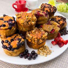 Veți rămâne uimiți de simplitatea acestei rețete. Brioșele cu blat din banană și iaurt ce emană rafinamentul și finețea cu care au fost preparate. Veți obține niște brioșe pufoase și aromate, iar asortimentul de topping Food Cakes, Cake Recipes, Muffin, Mai, Sweets, Banana Cakes, Breakfast, Simple, Desserts