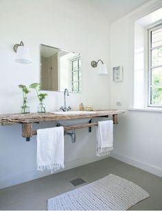 Salle de bain épurée tendance rustique avec plan vasque en bois