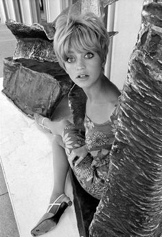 """Actress Goldie Hawn was also seen as a 1960s """"It"""" girl, equipped with the quintessential haircut and doe eyes. Description from pinterest.com. I searched for this on bing.com/images"""