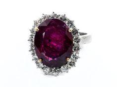 Ringweite: 53. Gewicht: ca. 7,6 g. WG 750. Beigefügt ein Befundbericht von GRS Nr. GRS2014-022698 vom Februar 2014. Eleganter Ring mit oval facettiertem Rubin,...