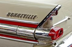 Vintage Motorcycles 1957 Pontiac Bonneville - love the forward slant stylized font - angle matches Fin line angle. Pontiac Bonneville, Vintage Cars, Antique Cars, Car Hood Ornaments, Car Badges, American Classic Cars, Automotive Art, Us Cars, Vintage Bicycles
