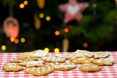christmas biscuits on the table with a christmas tree in the background Cheap Christmas Gifts, Christmas Photos, Christmas Tree, Christmas Biscuits, Christmas Cookies, Sell Your House Fast, Gingerbread, Vegan Recipes, Vegan Food