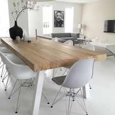 Minimalist dining room interior living room - Minimalism - FREE, CHEAP AND EASY Tips for Living a Minimalist Lifestyle ! Minimalist Dining Room, Minimalist Living, Minimalist Style, Modern Living, Minimalist Scandinavian, Minimalist Apartment, Scandinavian Living, Minimalist Decor, Scandinavian Dining Table