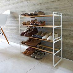 靴を美しく飾りながら、効率よく整理できる靴収納。便利グッズなのにスタイリッシュなシューズラックです。