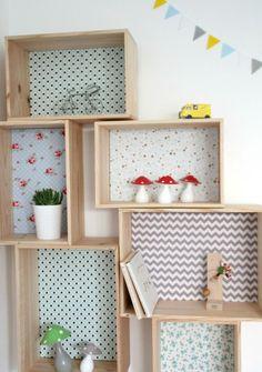 étagère: caisse de bois dont le fond est recouvert de papiers coordonnés