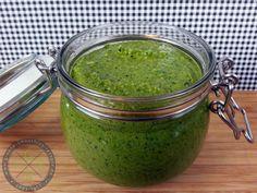 Das vegane Wirsing-Walnuss-Pesto ist schnell und einfach zubereitet. Es ist cremig und total lecker