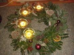 """Weihnachts Kerzen Dekoration mit der """"ERFURTER FEUERBLUME"""". Einem wiederverwendbaren Schwimmlicht das Rapsöl verbrennt. Der Docht ist einfaches Küchenpapier. www.erfurter-feue.."""