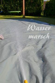 Wasser marsch! Ferienspaß mit einer Wasserrutsche im eigenem Garten mit nur wenigen Materialien. Ein einfaches schnelles DiY Tutorial für heiße Tage und Wasserratten
