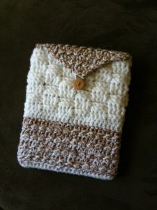 crochet ipad cover... if i make it a little bit smaller i can use it for my Kindle fire!