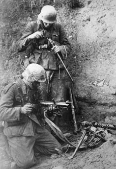 German infantrymen have disassembled their MG 34 and clean the barrel during the siege of the Russian fortress of Sevastopol. Nagasaki, Hiroshima, German Soldiers Ww2, German Army, Vietnam Veterans, Vietnam War, World War One, First World, Fukushima