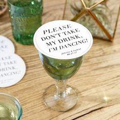 As bases de copos são excelentes ofertas para os convidados, sabiam? Encontrei estas que podem ser personalizadas, são bonitas e bem humoradas!