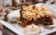 Jauhoton pähkinäkakku Jauhoton pähkinäkakku saa rakennetta pähkinöistä ja rusinoista. Tarjoile kakku esimerkiksi kanelilla maustetun mascarponen, jäätelön tai kermavaahdon kanssa. 1. Vaahdota voi ja sokerit sähkövatkaimella. Lisää munat yksitellen voimakkaasti vatkaten. Sekoita joukkoon kuivat aineet. Kaada taikina voideltuun vuokaan (halk. noin 24 cm) ja paista 175 asteessa noin 40-50 minuuttia, kunnes tikulla kokeiltaessa taikinaa ei tartu …