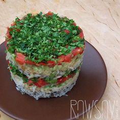 Многослойный салат с черной редькой и помидорами