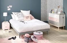 Inspiration idée déco chambre fille décoration chambre ado fille rose pastel gris bleu et rose mur bleu gris peinture et commode scandinave rose tapis moumoutte à poils long rose poudré pastel lit gris intérieur moderne