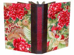 Álbum para fotografias <br>Capa dura revestida com tecido importado <br>Lombada em papel percalux <br>Costura aparente <br>Miolo em papel color plus 240 grs 40 folhas 80 páginas